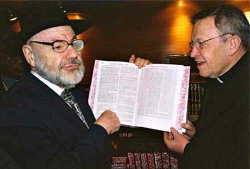 Kasper e Rabbi Zevulun segurando o Talmud