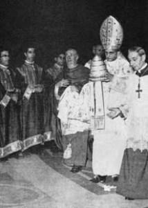No Vaticano, o Sr. Montini depõe a tiara papal, símbolo do poder divino concedido por Deus ao membro da Igreja ocupante da Sede de São Pedro.