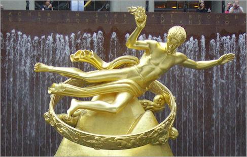 Prometeu-Lúcifer, Fachada do Centro Rockefeller de Manhattan, New York. No Monumento, presente também na ONU, o herói esta num anel que representa o Zodíaco e voltado na direção da Constelação de Peixe e Aquário.
