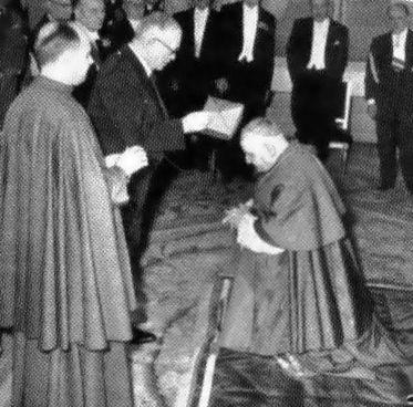 Roncalli recebe o barrete cardinalício do Anti-católico Vicent Auriol