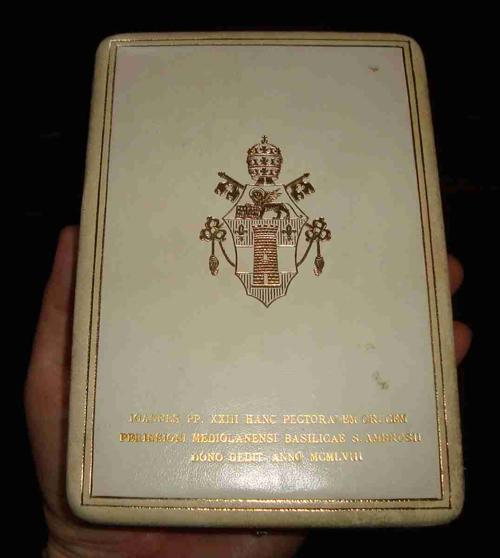 Cruz peitoral de João XXIII com símbolo maçônico