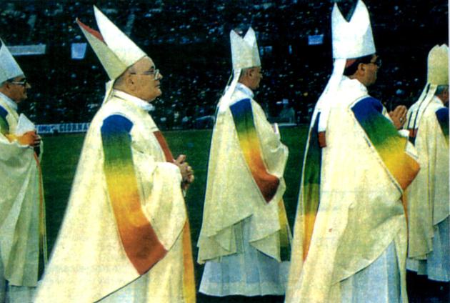 """Cardeais e bispos no estádio """"La Favorita"""" de Palermo durante o Congresso da Igreja católica (conciliar) italiana  de dezembro 1995: sinal de Cristo o da nova super-religião do Arco íris?"""