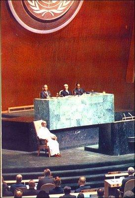 """Paulo VI na ONU, onde visitou a sala de meditação para se """"recolher em silêncio"""", como o fez também o Srs. Wojtyla e Ratzinger"""