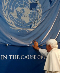 POPE TOUCHES U.N. FLAG AT NEW YORK HEADQUARTERS