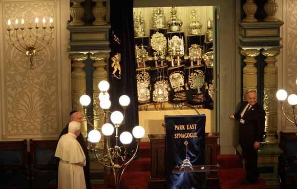 Durante visita na Sinagoga de New York Bento XVI venera os livros sagrados judaicos