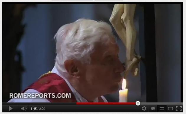 """Mais uma vez, Bento XVI não beija a Cruz durante sua """"Adoração""""."""