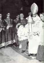 Paulo 6 entrega a tiara
