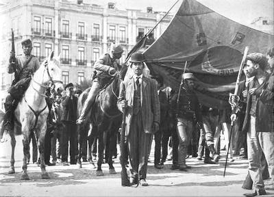 Revoltosos_nas_barricadas_marcha_com_a_bandeira_da_carbonaria (1)